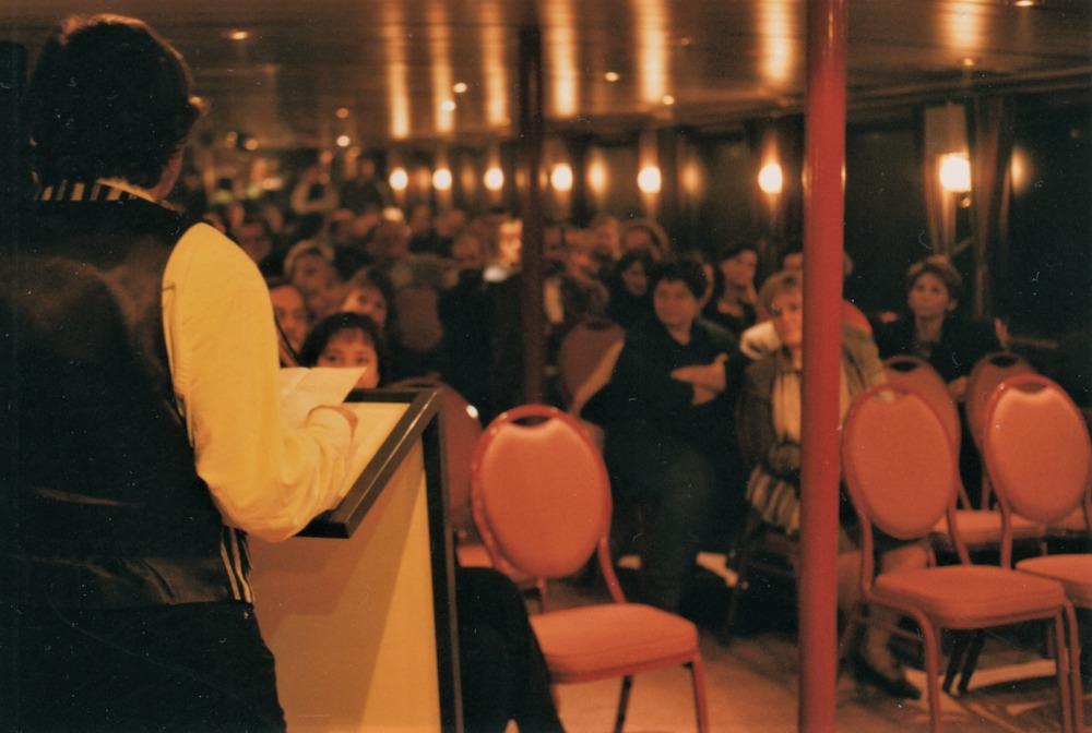 Luuk Gruwez draagt voor tijdens zijn boekvoorstelling van 'Het land van de wangen'