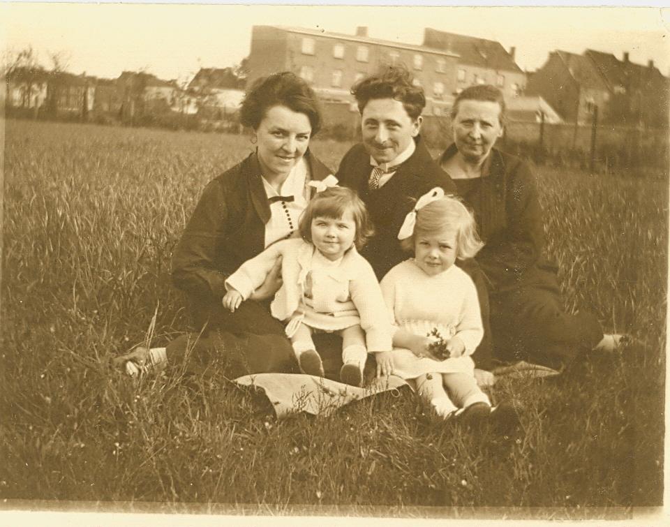 D'haen met ouders, zusje en grootmoeder, 1927