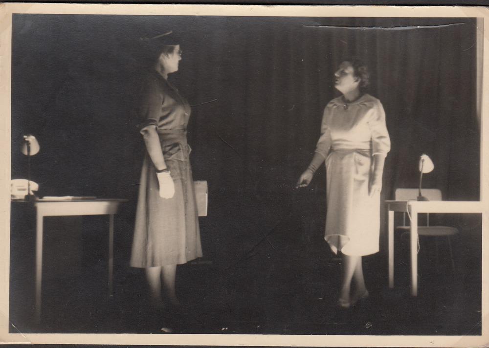 Koningin Juliana in een opvoering van<em>De vijf maagden</em> een toneelstuk van Guillaume van der Graft