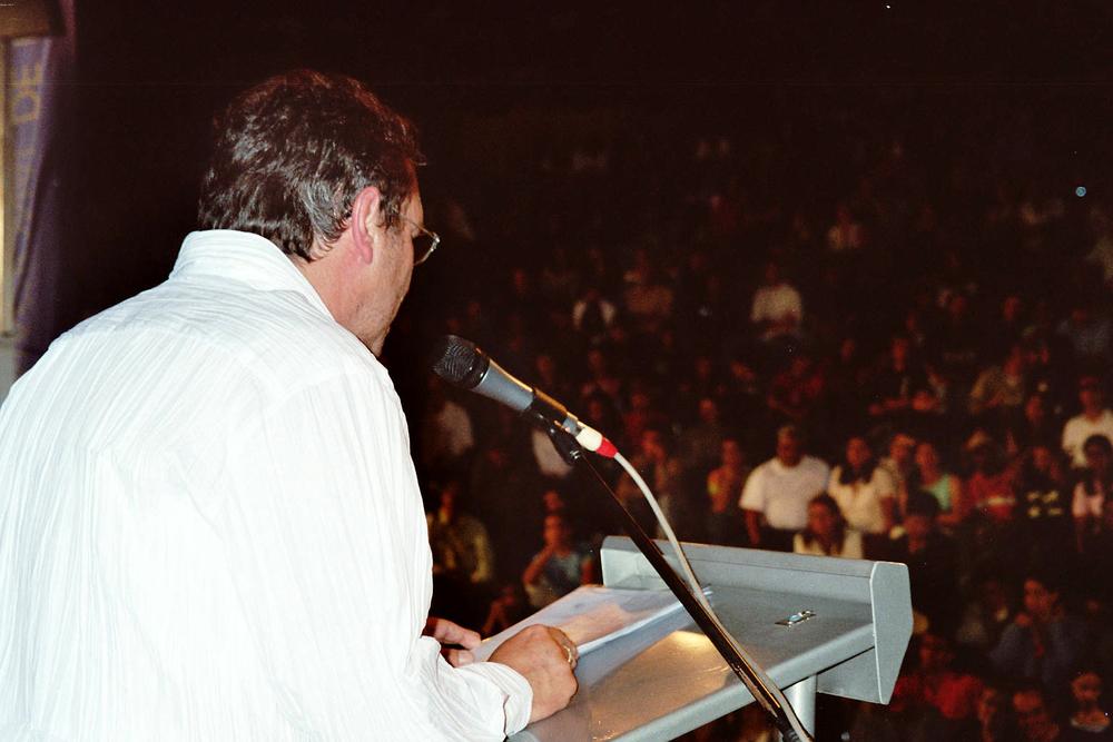 Luuk Gruwez draagt voor op het poëziefestival van Medellin (2005)