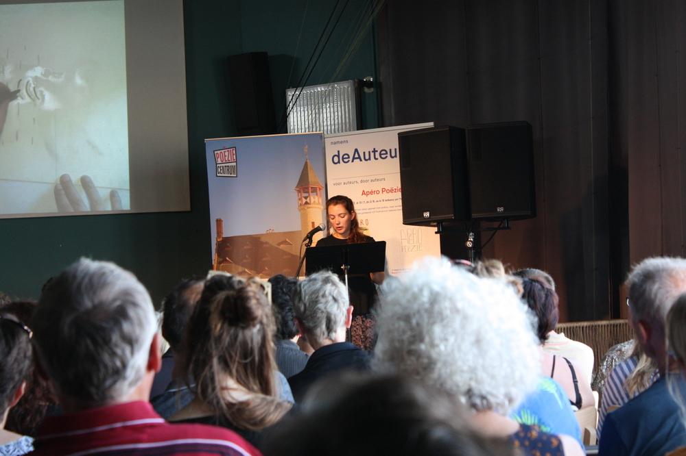Vicky Francken op Apéro Poëzie #1 tijdens TAZ 2018