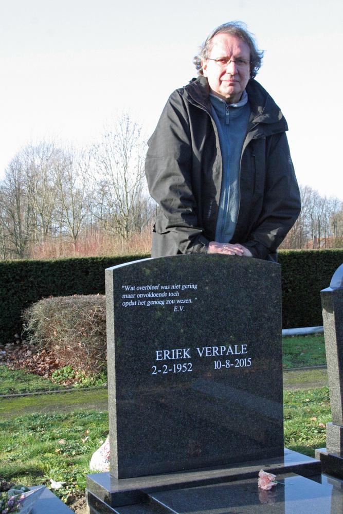 Luuk Gruwez bij het graf van Eriek Verpale