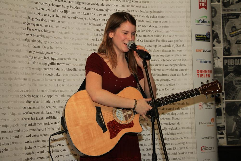 DichtSlamRap2015- Zangeres Iris Penning zorgde tussen alle taalgeweld door voor enig muzikaal vertier.JPG