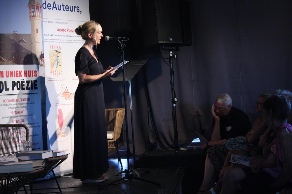 Jana Arns op Apéro Poëzie #4 tijdens TAZ 2018