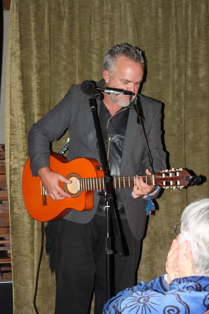 Gert Vlok Nel tijdens een optreden in Poëziecentrum