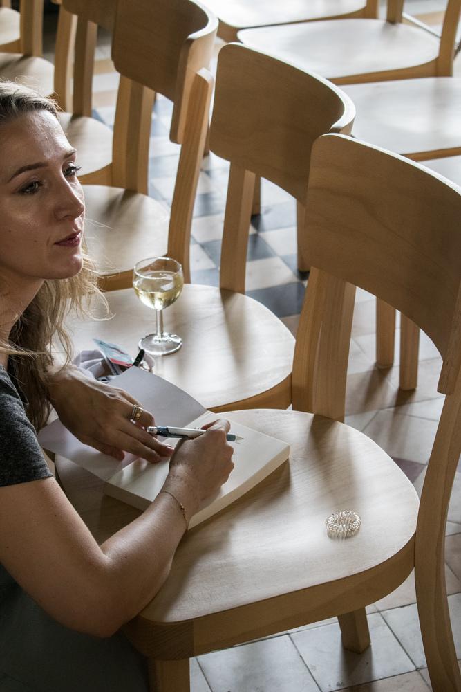 Alicia Gescinska signeert op Apéro Poëzie #5 tijdens TAZ 2018