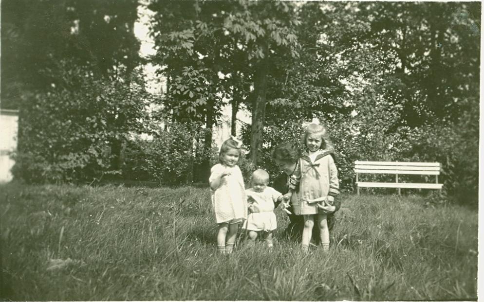 D'haen met moeder en zusjes, 1929