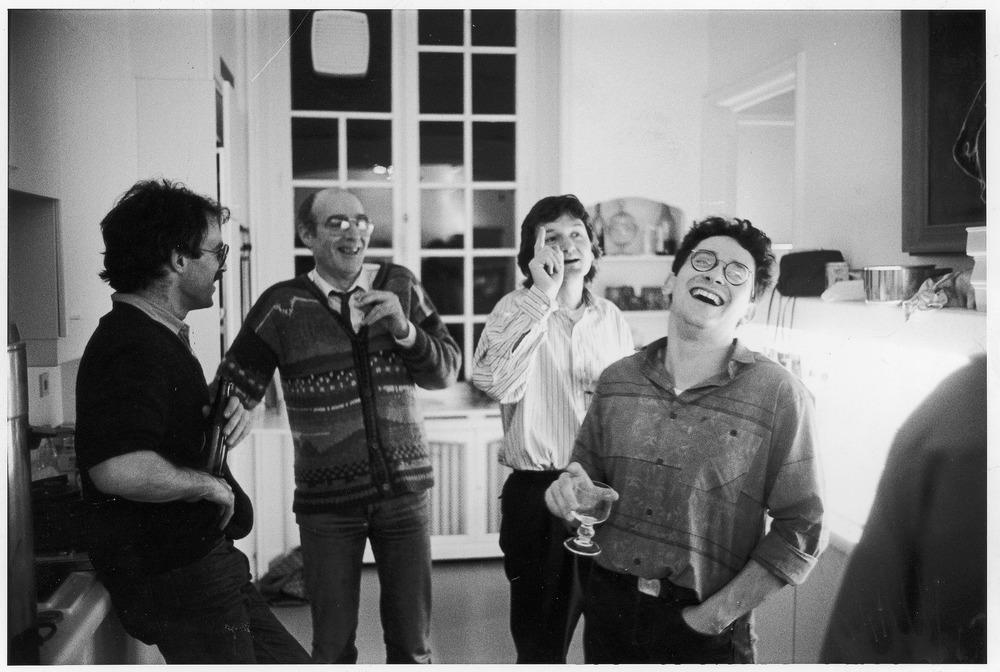 1989 Thuis met tom Lanoye, Herman de Coninck en Benno Barnard.tif