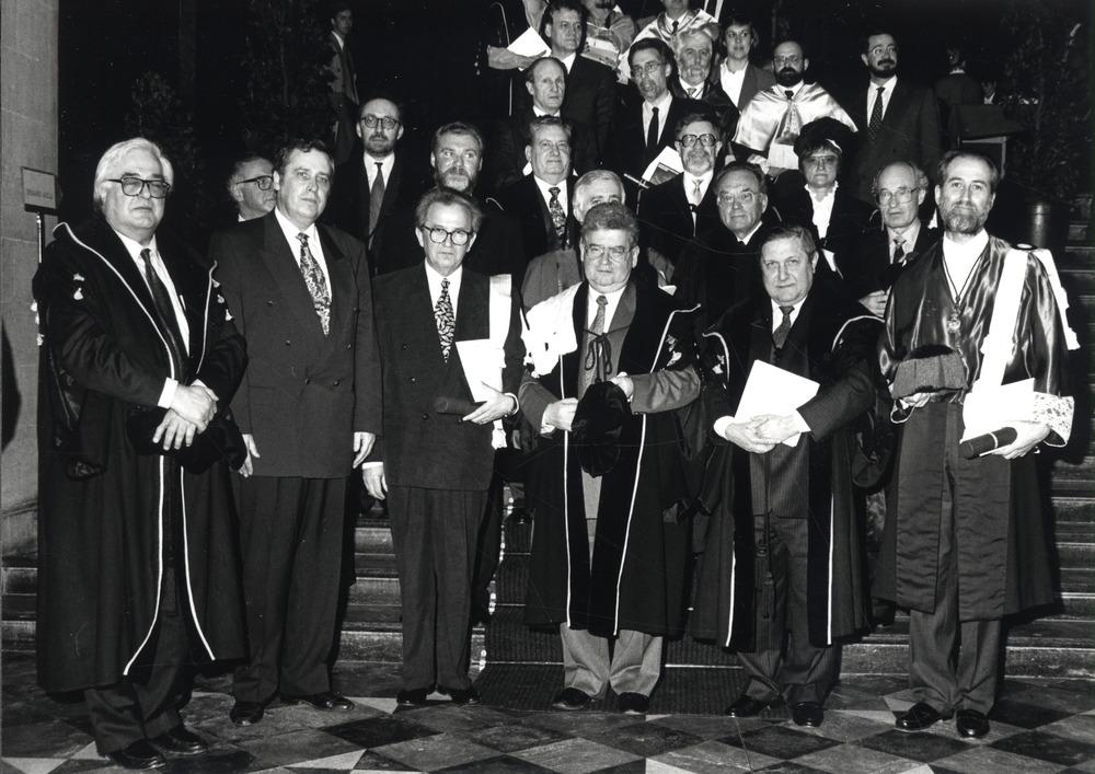 Jozef Deleu omringd door Gentse professoren bij uitreiking eredoctoraat
