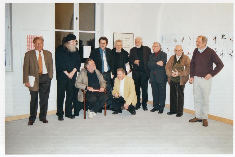 Groepsportret van de deelnemende dichters tijdens de opening van Visie Versa