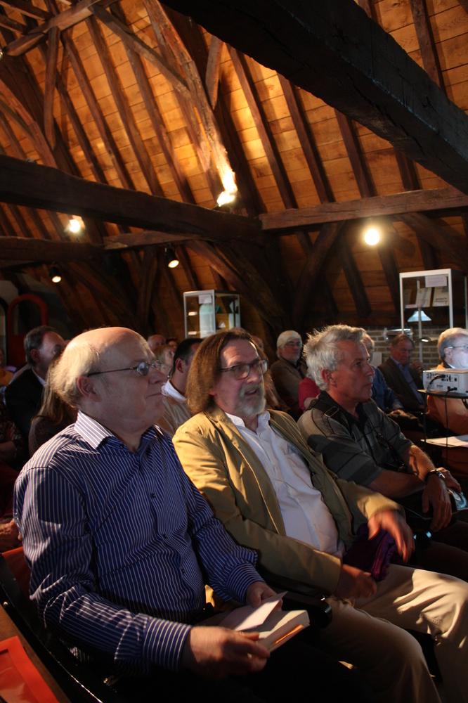 Dirk De Geest en Wilfried Wynants tijdens de boekvoorstelling van Renaat Ramons bundel Vorm en Visie
