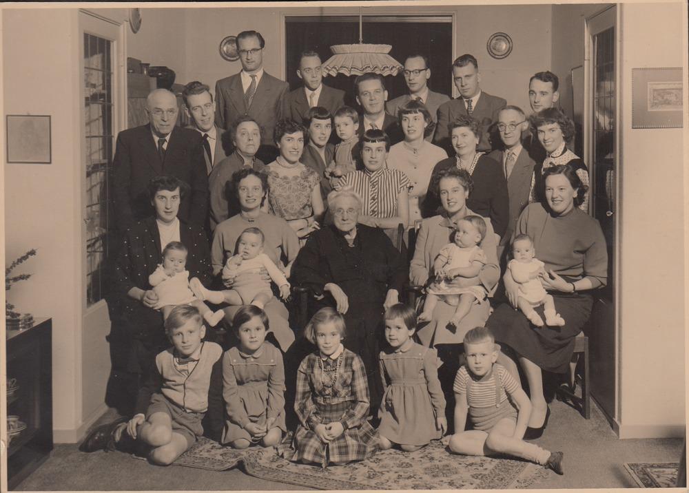 De volledige familie van Malde verzameld ter gelegenheid van de 90ste verjaardag van (over)grootmoeder Van Malde