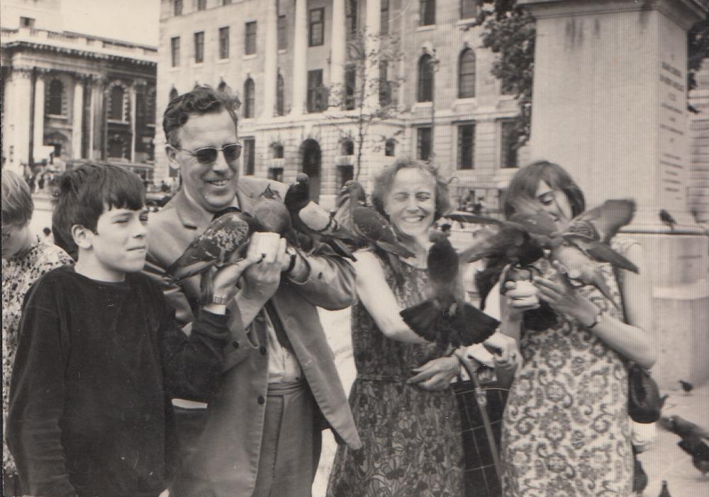 De familie Barnard op Trafalgar Square (1968)