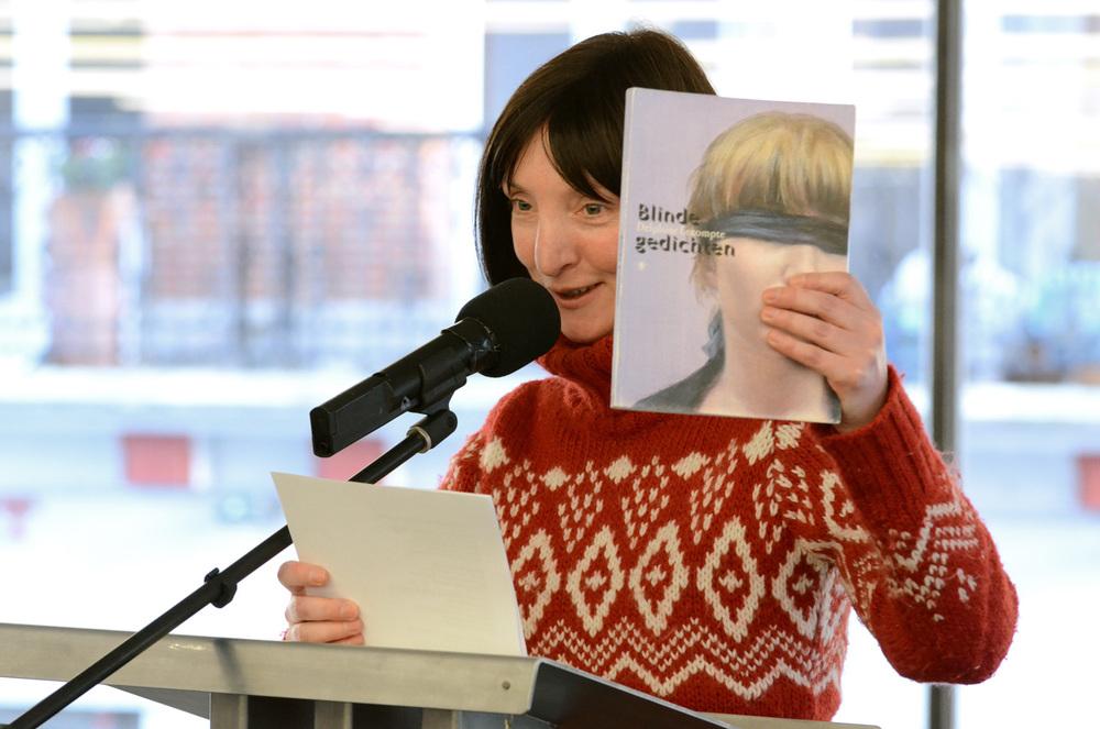 8 Delphine Lecompte met 'Blinde gedichten' (schilderij Devriendt op omslag).jpg