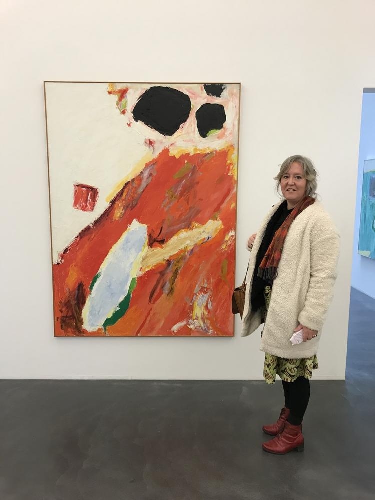 Annemarie Estor bij het schilderij Rode Aarde