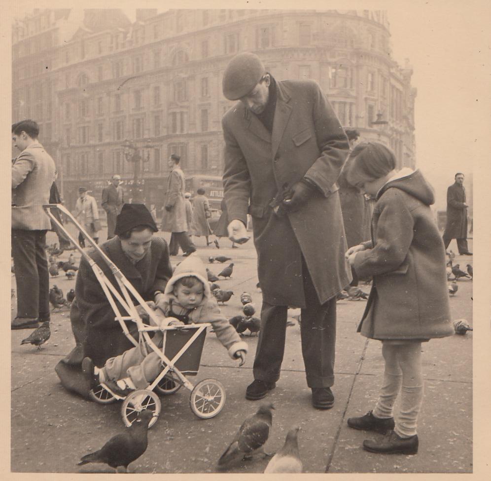 De familie Barnard op Trafalgar Square (1956)