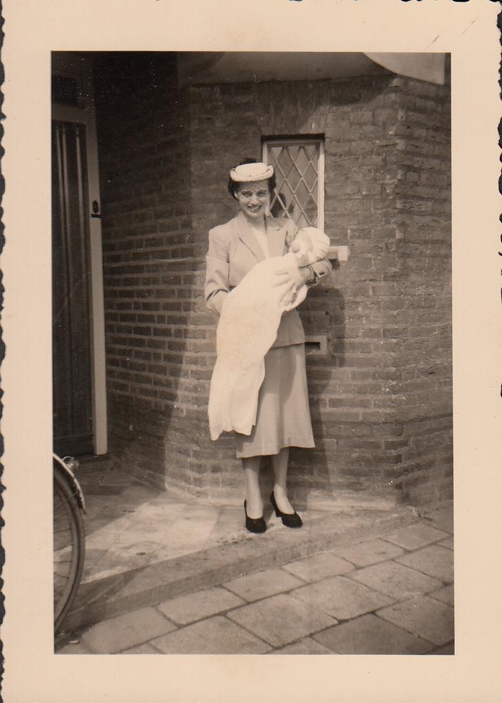 Jonge Benno Barnard met zijn moeder vlak na zijn doopsel