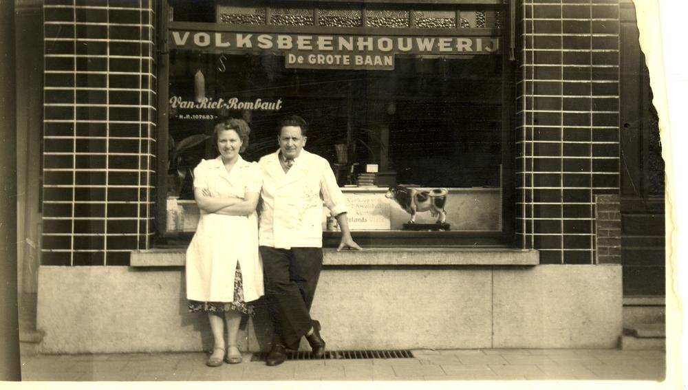 1950 Ouders voor hun beenhouwerij.jpg