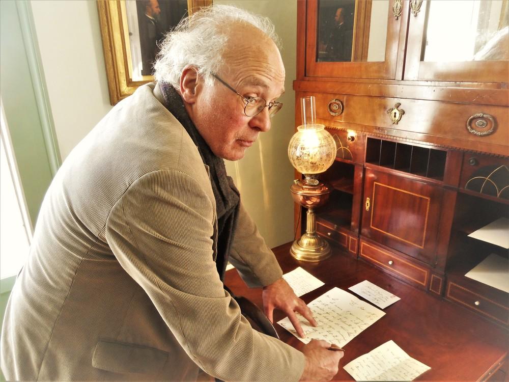 Benno Barnard achter het bureau van Henry James